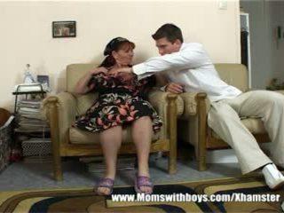 Zralý dáma rewards chlapec pro čištění