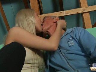 Tímida velho guy seduced por loira jovem grávida