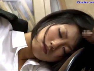 Toimisto nainen nukkuva päällä the tuoli getting hänen suu perseestä licking guy kukko sisään the toimisto