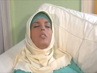 Splendido muslima in hijab con grande corpo è un sexaddict