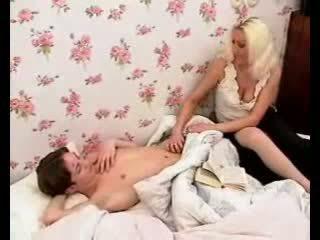 Đam mê mẹ làm cho con trai tinh ranh cứng với nóng blowjob và giật.