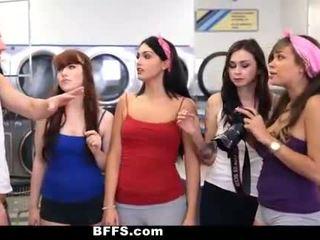 Bffs - kolledž girls fuck creepy guy sniffing türsüjek