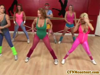 Riietes naine paljaste meestega tegevus juures yoga klass koos raquel