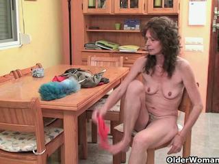 Saggy senelė finger fucks jos plaukuotas putė
