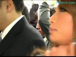 Veel schoolgirls patting guy rubbing aftrekken lul op de bus