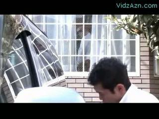 Зріла жінка смокче пеніс в той час як її чоловік washing машина outs