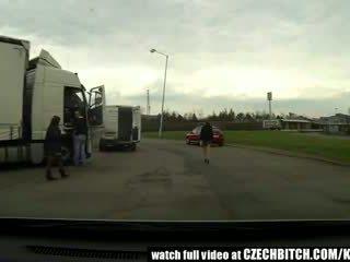 Tchèque milf catin baisée en voiture