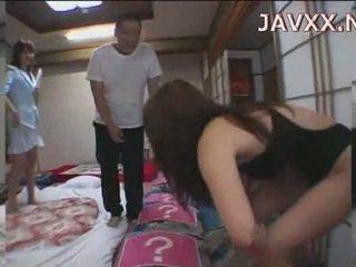 แก่แล้ว ญี่ปุ่น ผู้หญิงสวย rides a stiff boner ไปยัง มาถึง เธอ ออกัสซั่ม