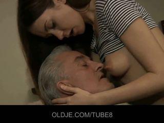 Senas vyras blows jaunas šikna ir smulkus putė