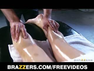 Abbey brooks gets 기름을 바른 올라 & rubbed 아래로 로 그녀의 masseur