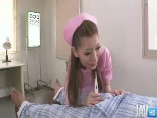 Χαριτωμένο νοσοκόμα ayumi kobayashi μάρκες ένα housecall με an