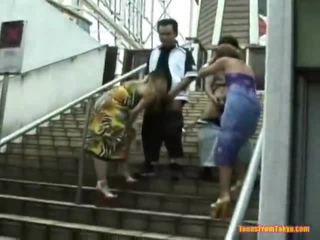 Asiatico colpo lavoro onto il stairs