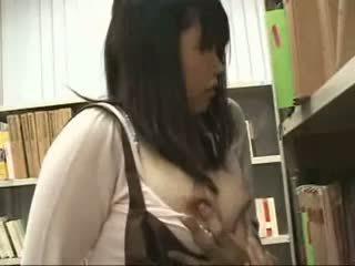 Verlegen schoolmeisje betast en used in een bookstore
