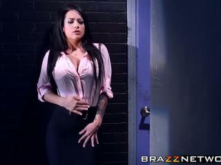 Charles dera has à discpline son sexy intern katrina