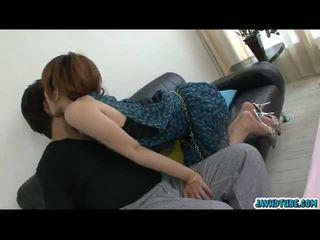 美しい アジアの ベイブ moe aizawa 一緒に とともに 彼女の lover 上の ザ· ソファ