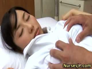 Nhật bản á châu y tá sờ mó qua cô ấy bịnh nhân