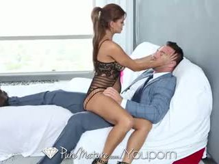 Hd puremature - sexy latina milf helps suo uomo a relax
