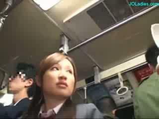 Pejabat wanita getting beliau berambut lebat faraj fingered manakala standing pada yang bas
