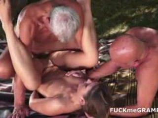 Two възбуден стар men прецака от млад мадама