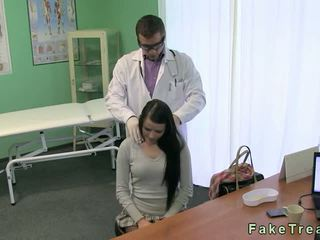 Docteur fucks chaud brunette patient sur son bureau