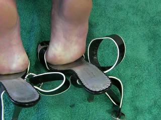 เมีย ใช้รองเท้า วีดีโอ