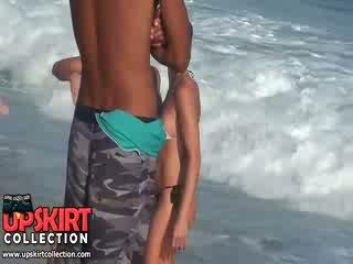 該 warm 海 waves are gently petting 該 bodies 的 可愛 辣妹 在 熱 性感 swimsuits