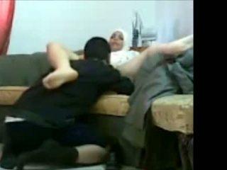 Arab hebre vajzë në zyrë me të saj klient