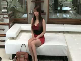 Tokyo فتاة مع كبير الثدي سخيف في أريكة