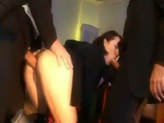 Üleannetu koolitüdruk karistatud koos a munn sisse tema perse ja suu