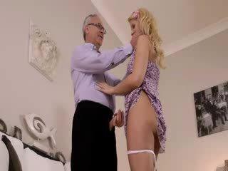 Super fierbinte blondie într-adevăr gets sugand pentru vechi jim pe o canapea