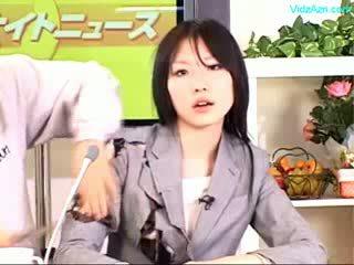 Guy stopping la temps baise la newscaster filles bouche et chatte