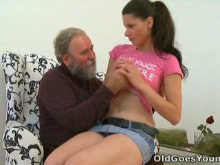 Simona est pas capable à vivre sans à avoir la vieux sausage rammed dedans son bouche