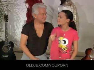 Vechi și tineri în o murdar dansand