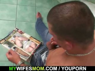 Rondborstig mam en son-in-law betrapt in badkamer