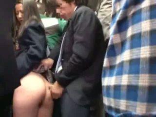 Šolarka otipavanje s stranger v a crowded atobus