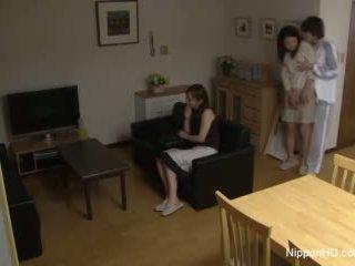 Japoneze adoleshent takes një kokosh