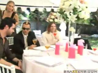 Ένα νύφη gets πατήσαμε με unknown guest