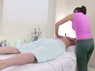 Stranger לפתות masseuse ל זיון ב מסג' parlour.