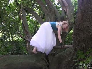 Madison joven masturbándose barefoot en la woods