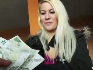 Tjeckiska slampa yenna pounded i en carpark