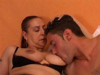Бабичка gives а секс lesson към тя млад lover: безплатно порно 66