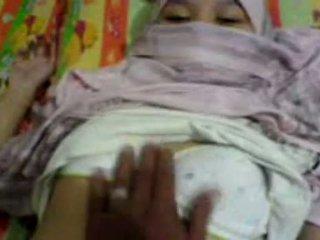 Azijietiškas mergaitė į hijab apgraibytas & preparing į turėti seksas
