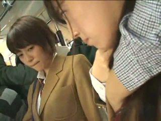 Viešumas perverts harass japoniškas schoolgirls apie a traukinys