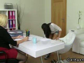 สมัครเล่น พนักงานเสิร์ฟหญิง licks นมโต female agent บน แคสติ้ง