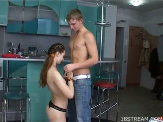 Leggy jovem grávida gaja com milky skin loves para obter dong em holes