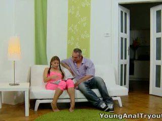 Anna sits quietly sisse tema seksikas roosa outfit ja looks seksikas waiting jaoks tema mees