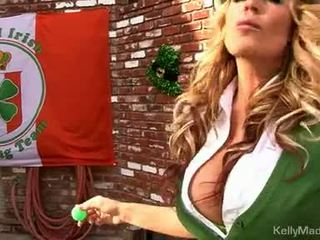 Μητέρα που θα ήθελα να γαμήσω kelly madison lifts αυτήν petticoat για ένα γαμώ outdoors
