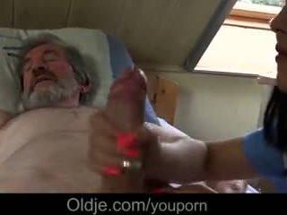 生病 爷爷 gets 特别 治疗 从 年轻 护士