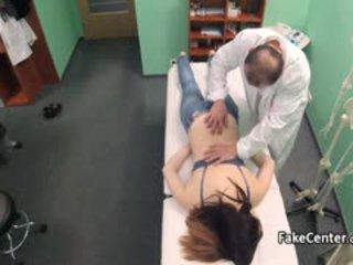 Jovem grávida got massagem e grande caralho em escritório