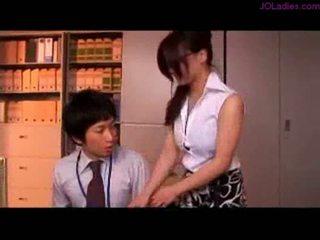 Gjoksmadhe zyrë zonjë me syze getting të saj cica rubbed nippl